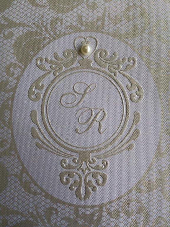 Brasão em relevo Seco com Silk Screen Pérola e aplicação de pequena pérola.Pode ser usado em qualquer convite.
