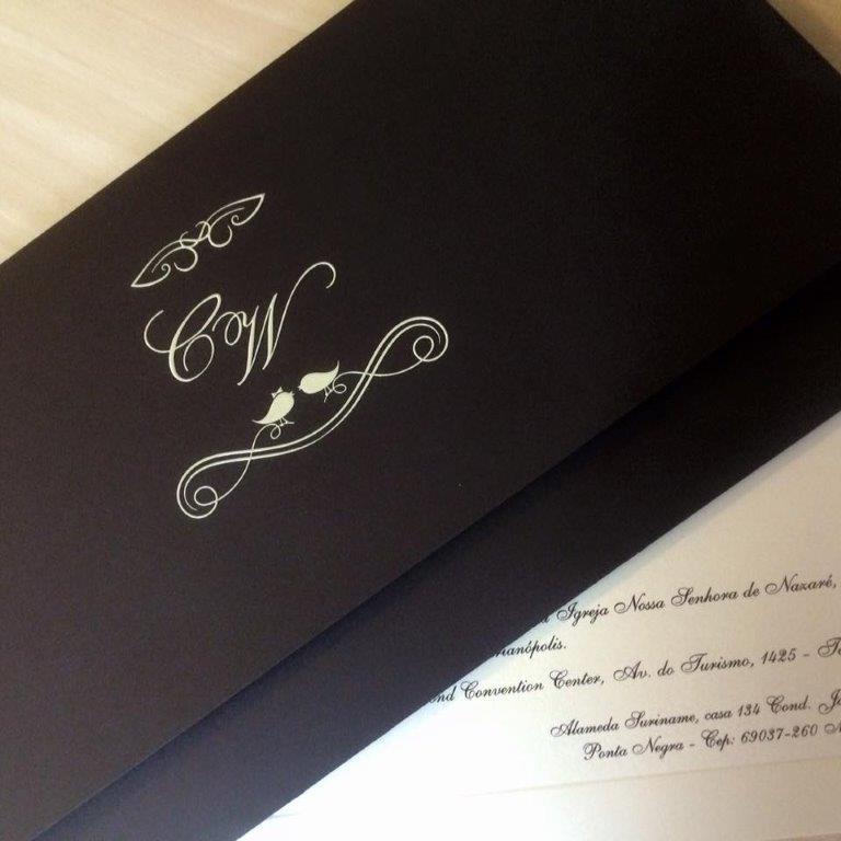 Convite Triplo na Cor Marrom e Relevo Seco com Aplicação de Epóxi Branco no Monograma dos noivos